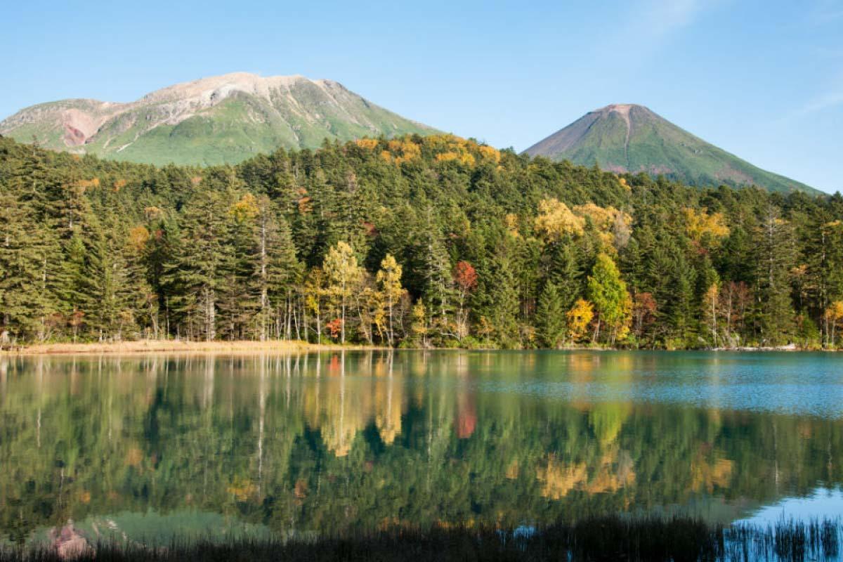 年都是北海道赏枫名所的前十名,到这里特别推荐可以在湖边租借自行车