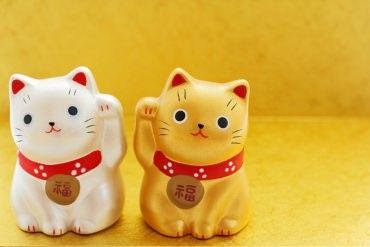 良縁なら黄色、厄除けなら黒い招き猫を買って。招き猫を味方につけて幸運を引き寄せよう!