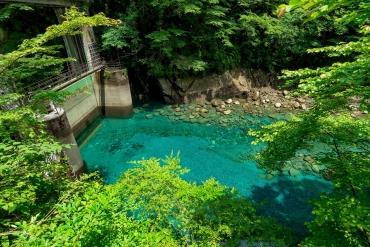 日本社群網站瘋傳秘境! 從東京就能當日來回的幻藍色湖水「湧津溪谷」