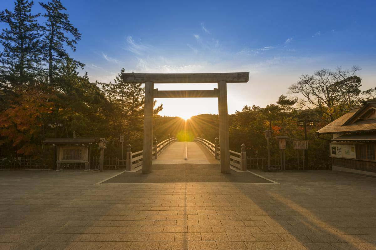 伊勢神宮内宮宇治橋前の鳥居から昇る日の出の写真